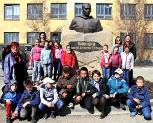Дети у памятника Билибину